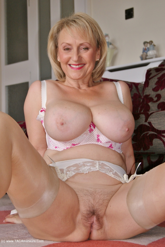 Mature housewife needs to get off 8