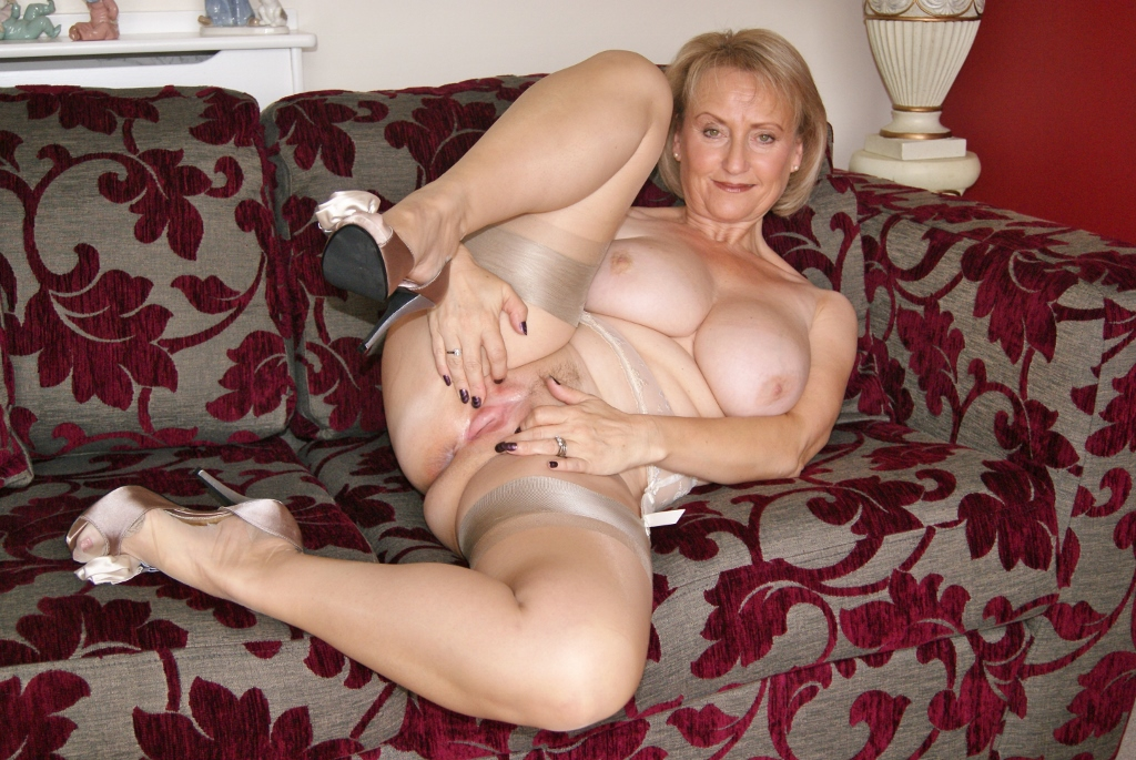 Milf pleasures herself