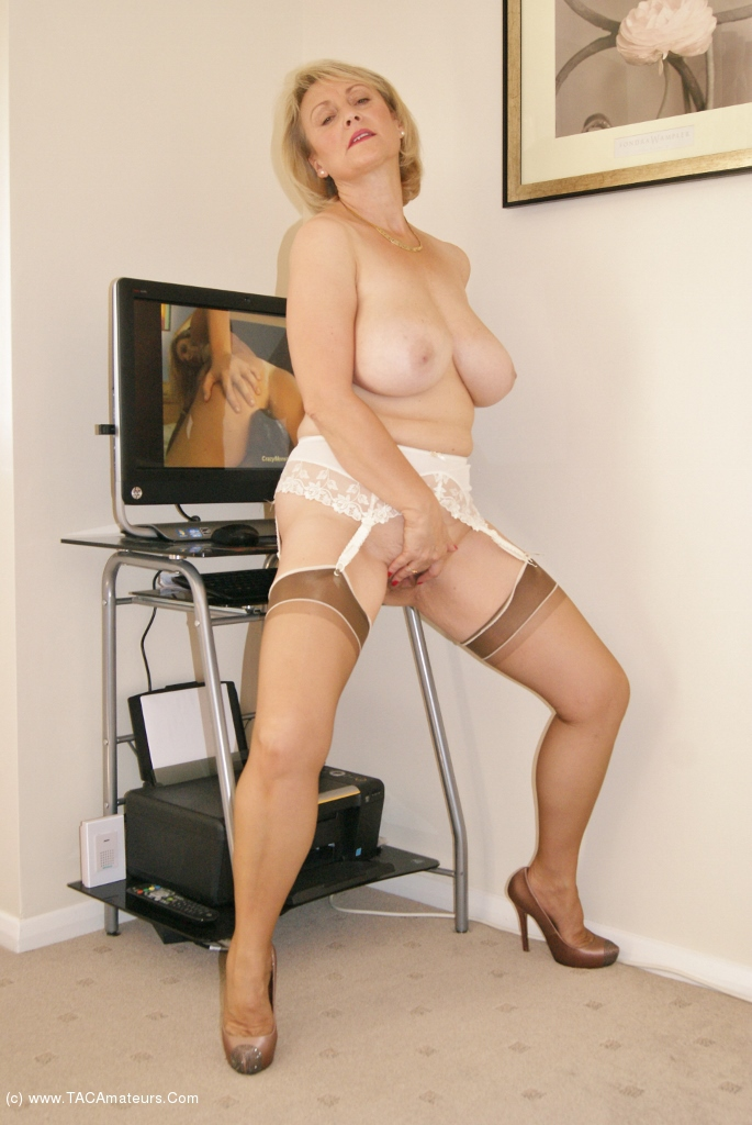 uk sexy milf naked